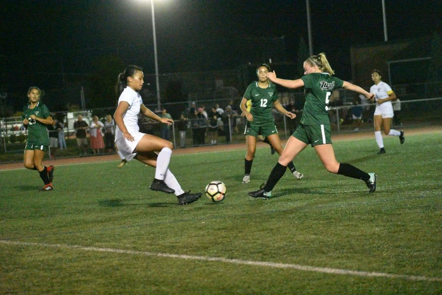 Varsity+soccer+player%2C+senior+Sydney+Leinberger%2C+surges+through+Liberty%E2%80%99s+defense.+Tigard+won+the+Sept.+27+game+5-0.+