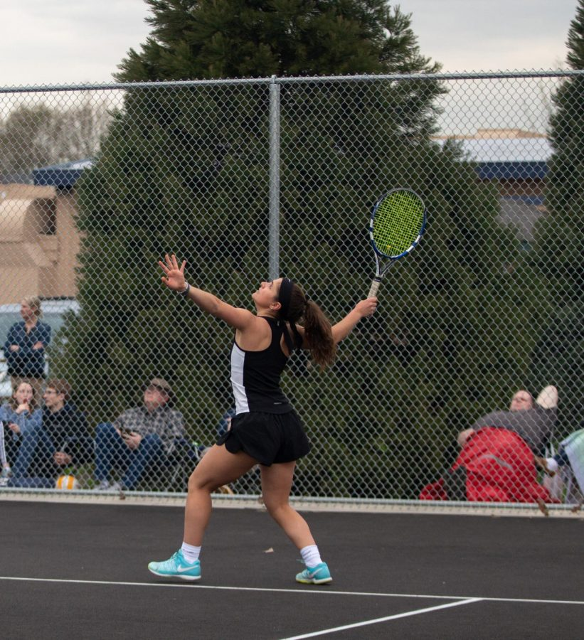 Tigard+alumna+Nicole+Mazzeo+plays+at+the+school%27s+old+tennis+court.+This+year%2C+the+girls+tennis+team+faces+freezing+weather+as+the+season+begins.